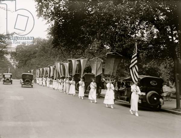 Mannerists parade near the Capitol 1913 (photo)
