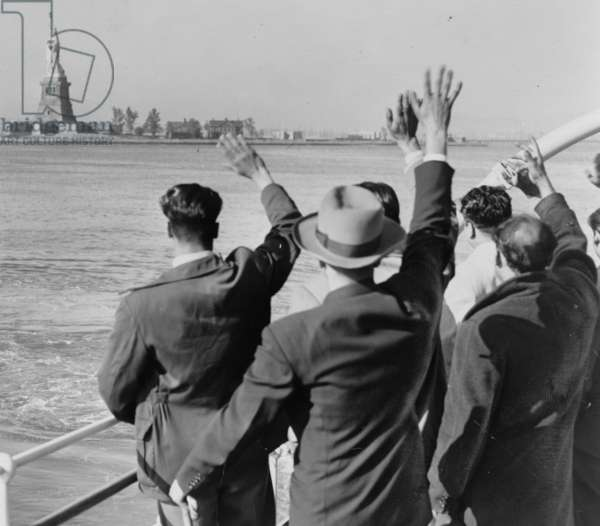 Deported Group Waves Goodbye to the Statue of Liberty 1952 (photo)