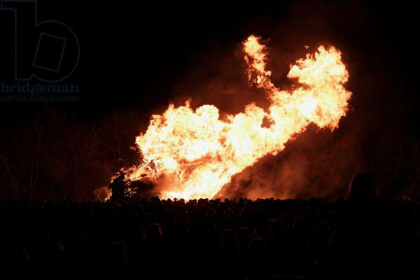 Great Britain, England, East Sussex, Lewes, Bonfire Night (Guy Fawkes Night), fire blazing in the dark (photo)