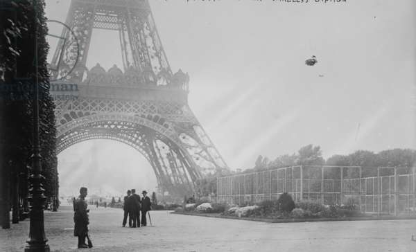 WWI Guard stand watch at the base of the Eiffel Tower in France 1918 (photo)