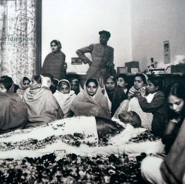 Supporters surround the body of Gandhi before his cremation, India