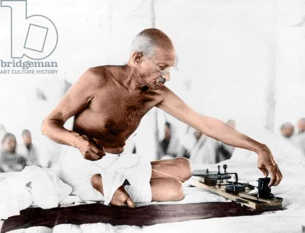 Mohandas Karamchand Gandhi dit Mahatma Gandhi (1869-1948), leader politique et spirituel indien, vers 1940 - Mahatma Gandhi spinning, c. 1940. ©Dinodia/Uig/Leemage