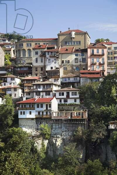 Bulgaria, Veliko Turnovo, houses built on side of steep cliff
