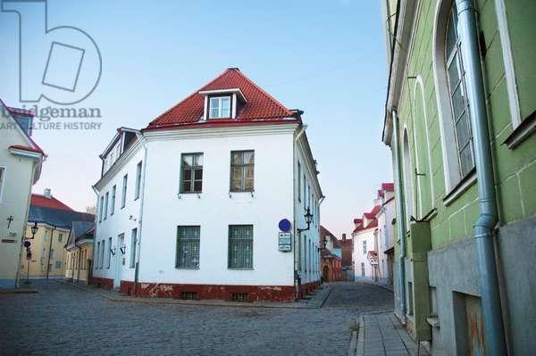 Street Scene in the Old Town of Tallinn, Estonia (photo)