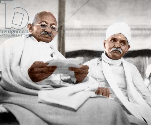 Mohandas Karamchand Gandhi dit Mahatma Gandhi (1869-1948), leader politique et spirituel indien, avec Madan Mohan Malaviya (1861-1946) politique militant de l'independance de l'Inde, lors de la convocation pour le jubilee d'argent a l'universite hindoue de Benares,  21 janvier 1942 - Mahatma Gandhi and Madan Mohan Malaviya at the Silver Jubilee Convocation at Benares Hindu University, Varanasi, January 21, 1942. ©Dinodia/Uig/Leemage