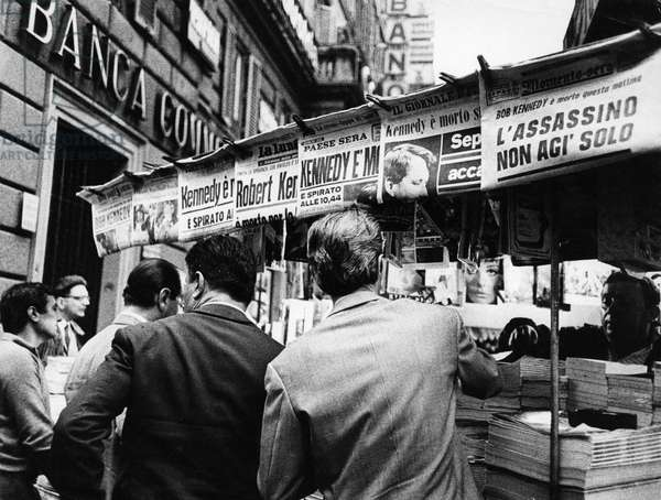 The daily newspaper kiosk of Rome announce the death of Robert Kennedy. 1968