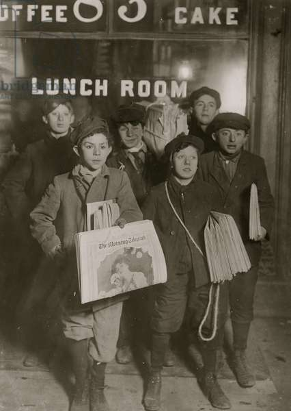 Jewish Newsboys selling on Brooklyn Bridge. 1908 (photo)