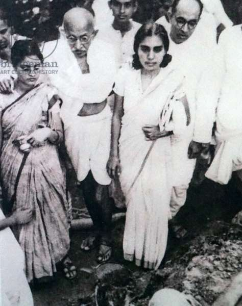 Gandhi after a hunger strike is supported by his granddaughter Abha and his doctor Sushila Nayyar