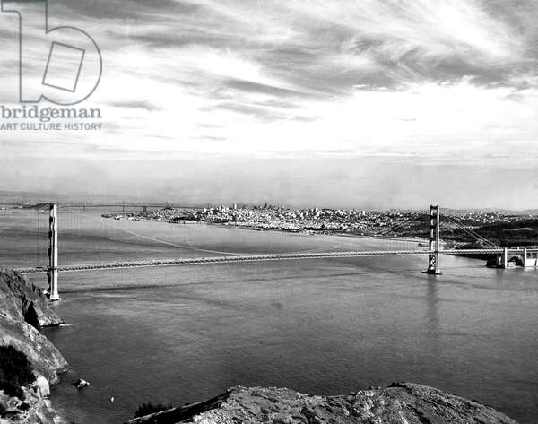 Golden Gate Bridge (b/w photo)