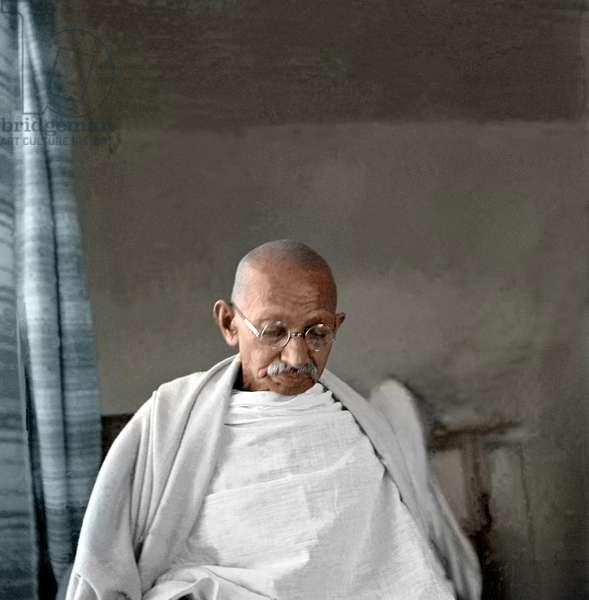 Mohandas Karamchand Gandhi dit Mahatma Gandhi (1869-1948), leader politique et spirituel indien, a Birla Bhavan (Gandhi Smriti) , mai 1945 -Mahatma Gandhi at Birla House, Bombay, c. May 1945. ©Dinodia/Uig/Leemage