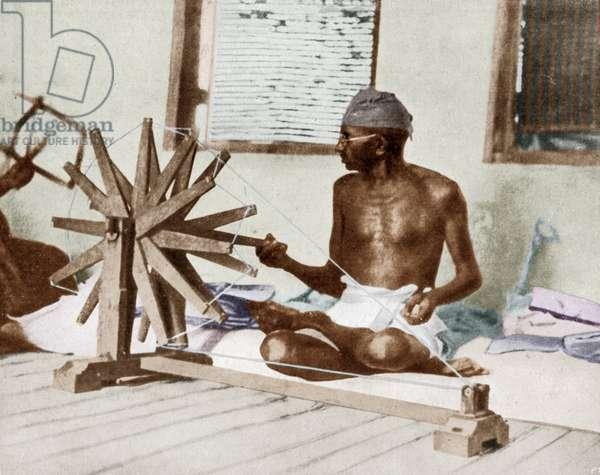 Mohandas Karamchand Gandhi dit Mahatma Gandhi (1869-1948), leader politique et spirituel indien filant, vers 1925 - Mahatma Gandhi spinning, c. 1925. ©Dinodia/Uig/Leemage
