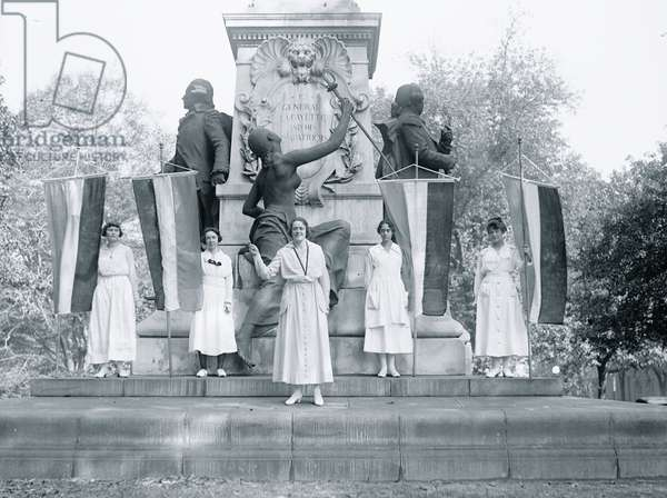 Suffragettes in front of the Lafayette Memorial 1913 (photo)