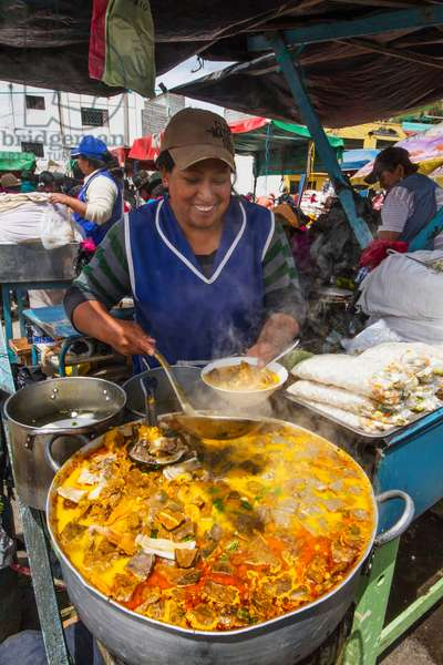 Woman serving food at an eatery at the Thursday market (photo)
