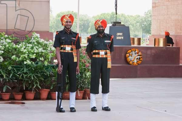 Guards at the India Gate, Delhi, India (photo)