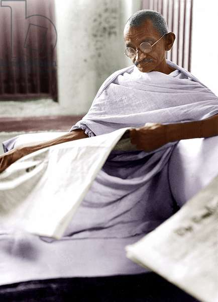 Mohandas Karamchand Gandhi dit Mahatma Gandhi (1869-1948), leader politique et spirituel indien, a Dandi (Inde) 7 avril 1930 - Mahatma Gandhi reading newspaper, Dandi, April 7, 1930. ©Dinodia/Uig/Leemage