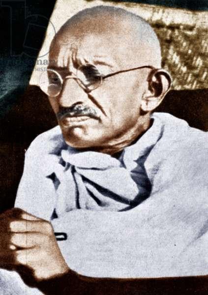 Mohandas Karamchand Gandhi dit Mahatma Gandhi (1869-1948), leader politique et spirituel indien, lors de son voyage en Angleterre, sur le pont du Rajputana, 1931 - Mahatma Gandhi during his voyage to England on board of S.S. Rajputana, September 1931. ©Dinodia/Uig/Leemage