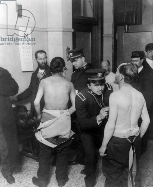 Physicians examining a group of Jewish immigrants, 1907