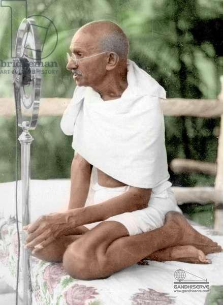 Mohandas Karamchand Gandhi dit Mahatma Gandhi (1869-1948), leader politique et spirituel indien faisant un discours a Asad Maidan, Bombay, decembre 1931 - Mahatma Gandhi addressing the public at Azad Maidan, Bombay, shortly after his return to India from UK, December 28, 1931. ©Dinodia/Uig/Leemage
