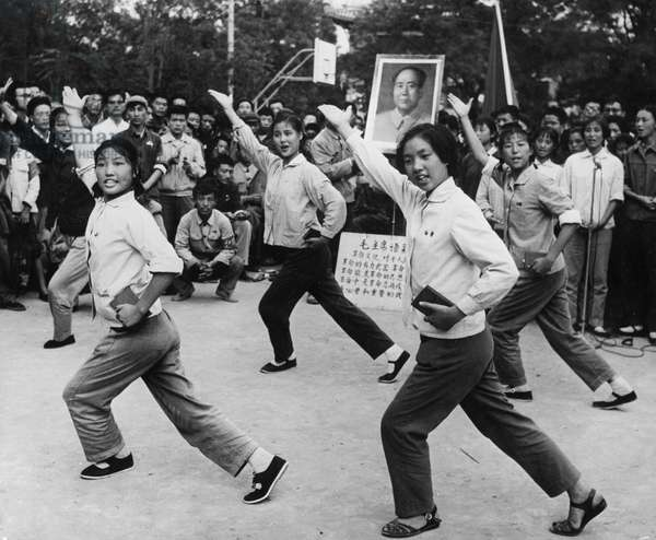 Shanghai students' propaganda team sing 'Chairman Mao Tse-tung's Works Are Distributed To Us' for the students and teachers at Peking University, 1966 (photo)