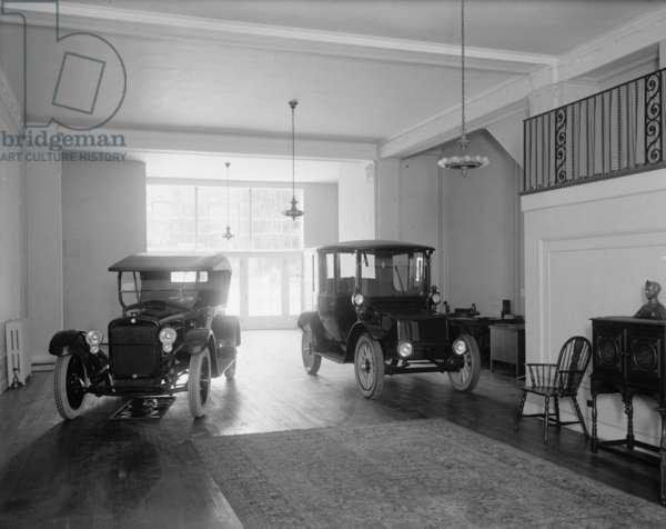 Ford Automobile Showroom 1920 (photo)