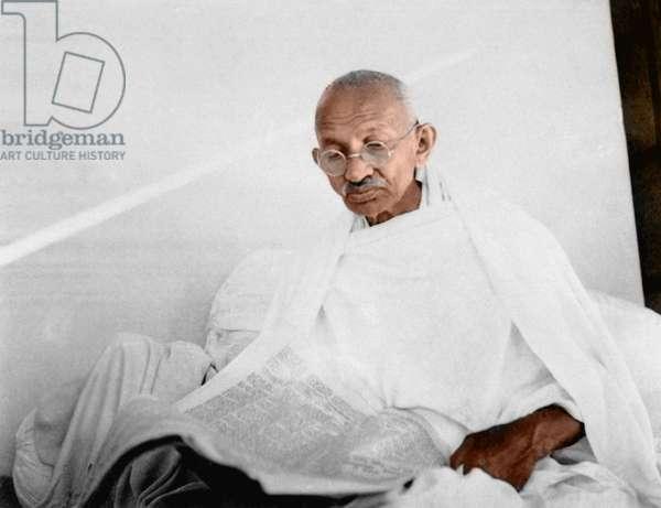 Mohandas Karamchand Gandhi dit Mahatma Gandhi (1869-1948), leader politique et spirituel indien, lisant le journal vers 1940 -Mahatma Gandhi reading newspaper, 1940. ©Dinodia/Uig/Leemage