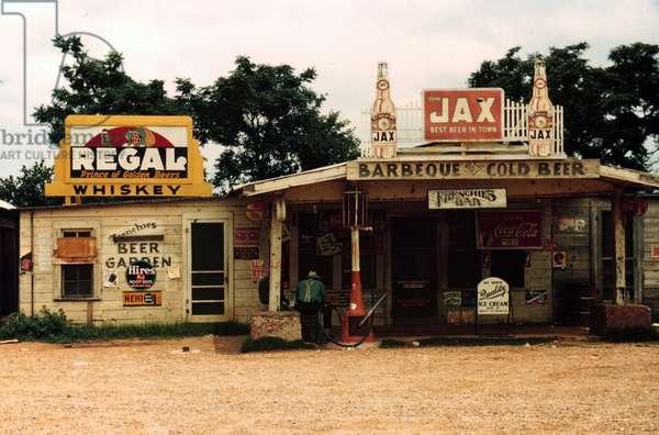 "A cross roads store, bar, ""juke joint,"" and gas station, Melrose, Louisiana, 1940 (photo)"