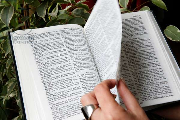 Reading the bible, The book of Esther (photo)