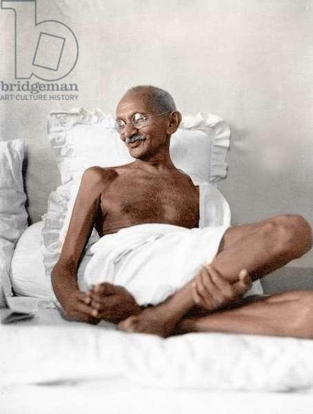 Mohandas Karamchand Gandhi dit Mahatma Gandhi (1869-1948), leader politique et spirituel indien, a Birla Bhavan (Gandhi Smriti) aout 1942 -Mahatma Gandhi in light mood at Birla House, Mumbai, August 1942. ©Dinodia/Uig/Leemage