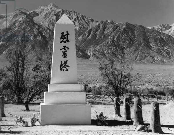 Monument in cemetery, Manzanar Relocation Center, California, 1943 (photo)