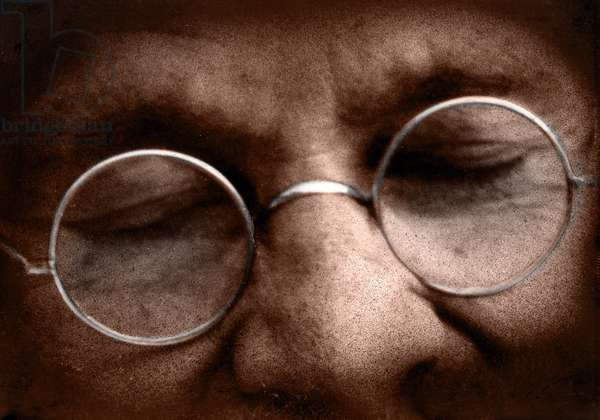 Mohandas Karamchand Gandhi dit Mahatma Gandhi (1869-1948), leader politique et spirituel indien a une priere publique devant Rungta House, Bombay, septembre 1944 - Mahatma Gandhi, September 1944. ©Dinodia/Uig/Leemage