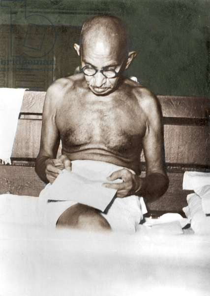 Mohandas Karamchand Gandhi dit Mahatma Gandhi (1869-1948), leader politique et spirituel indien, lisant lors d'un voyage en train, octobre 1947 - Mahatma Gandhi during a train journey, c. October 1947.©Dinodia/Uig/Leemage