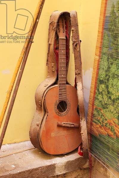 Old Broken Guitar (photo)