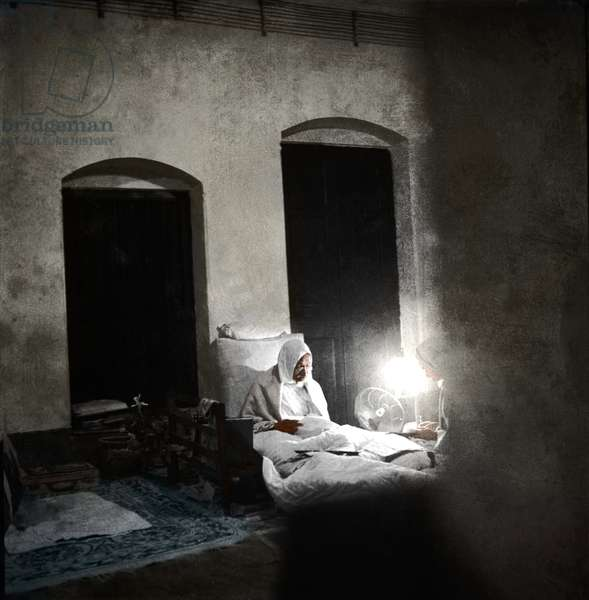 Mohandas Karamchand Gandhi dit Mahatma Gandhi (1869-1948), leader politique et spirituel, lisant une lettre a 4h du matin, Calcutta, 1946 -  indien Mahatma Gandhi reading a letter at 4 0'clock in the morning at Khadi Pratishthan, Sodepur, 24 Parganas, Calcutta, November 1946. ©Dinodia/Uig/Leemage