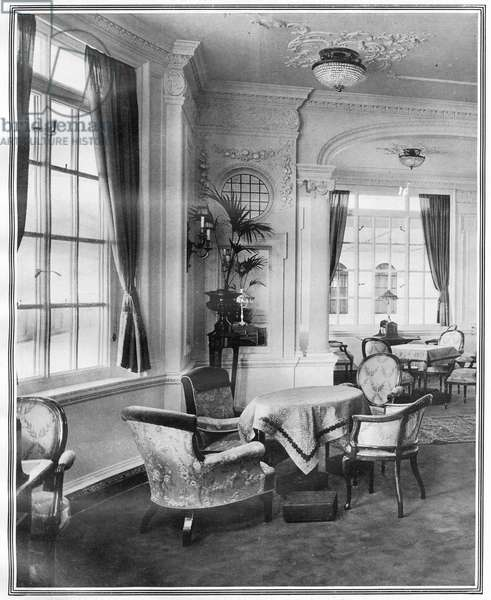 Luxury Room on RMS Titanic.  Photograph of the Reading and Writing Room on board Titanic.  The steamship was built by Harland & Wolff in Belfast Ireland during 1910 - 1911 and later sank on April 16th 1912 after striking an iceberg off the coast of New Foundland during her maiden voyage from Southampton, England to New York, USA, with the loss of 1,522 passengers and crew. (Photo by Titanic Images/Universal Images Group) Photographie ©UIG/Leemage