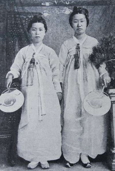 Photographic portrait of Korean ladies attached to the court