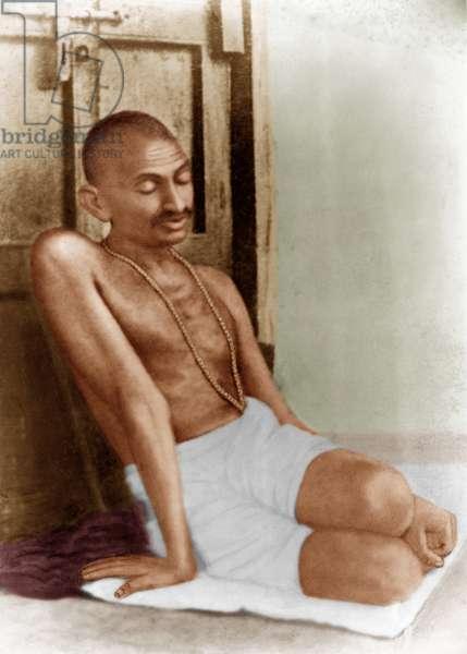 Mohandas Karamchand Gandhi dit Mahatma Gandhi (1869-1948), leader politique et spirituel indien, durant la priere dans un ashram, 1928 - Mahatma Gandhi during prayers in the ashram, 1928. ©Dinodia/Uig/Leemage