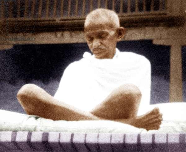 Mohandas Karamchand Gandhi dit Mahatma Gandhi (1869-1948), leader politique et spirituel indien lors d'une reunion de priere, vers 1929 - Mahatma Gandhi at a prayer meeting, c. 1929.©Dinodia/Uig/Leemage