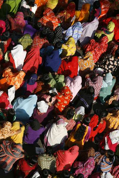 Following a call for a probe into the death of garment worker Salma AkhterÍs and the sudden closure of SQ Sweaters, several garment workers took to the streets to protest, bringing traffic in Rokeya Sarani to a standstill. Mirpur, Dhaka, Bangladesh. January 03 2008.  (photo)