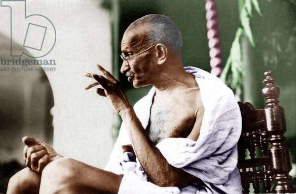 Mohandas Karamchand Gandhi dit Mahatma Gandhi (1869-1948), leader politique et spirituel indien repondant a une adresse dans le district de Kheda (Inde), 1930 - Mahatma Gandhi replying to an address in Kheda district, 1930. ©Dinodia/Uig/Leemage