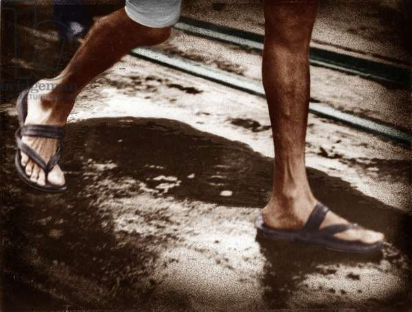 Les jambes de Mohandas Karamchand Gandhi dit Mahatma Gandhi (1869-1948), leader politique et spirituel indien, marchant a Folkestone (Angleterre), 1931 - Mahatma Gandhi legs while walking at Folkstone, UK, September 12, 1931. ©Dinodia/Uig/Leemage