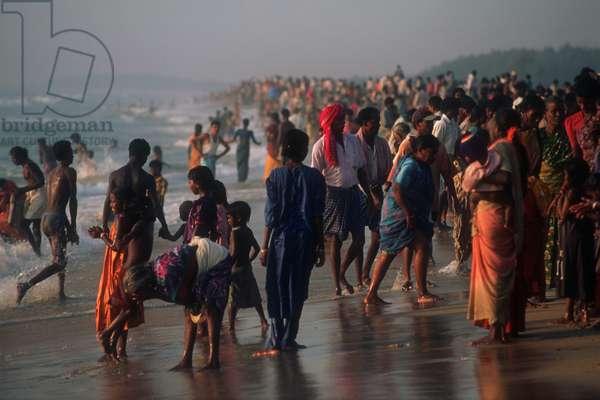 Visitors on the sea-beach at Mamallapuram, Tamil Nadu, India.  (photo)