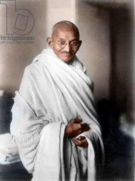 Mohandas Karamchand Gandhi dit Mahatma Gandhi (1869-1948), leader politique et spirituel indien, Londres 1931 - A rare studio photograph of Mahatma Gandhi taken in London at the request of Lord Irwin, 1931. Photograph carries Gandhi's signature in English. ©Dinodia/Uig/Leemage