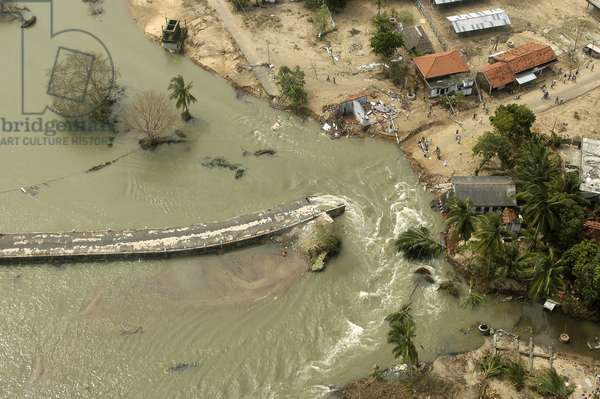 An aerial view of destroyed road and houses in the coastal area of Ampara district in eastern Sri Lanka, one of the districts worse hit by the tsunami.  (photo)