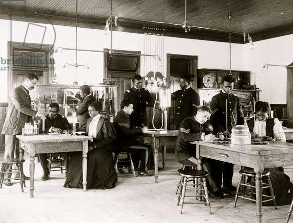 Class in capillary physics at Hampton Institute, Hampton, Virginia 1899 (photo)