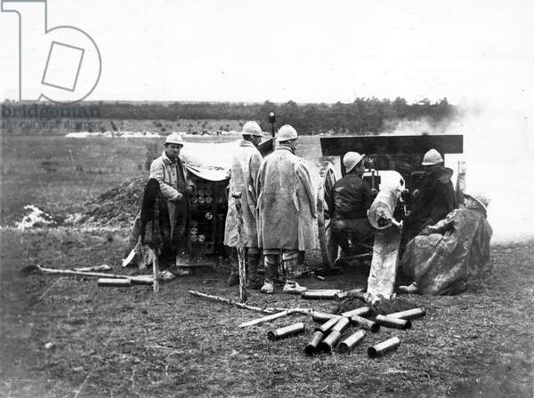 French Artillery : 75mm in position below Elberfeld Camp, North-East of souain, Marne, firing on Hill 193 occupied by the Germans, 1916 ©UIG/Leemage