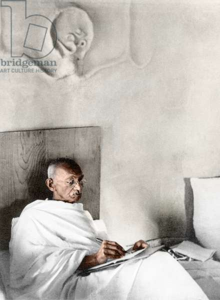 Mohandas Karamchand Gandhi dit Mahatma Gandhi (1869-1948), leader politique et spirituel indien, ecrivant dans sa chambre a Satyagraha Ashram, juillet 1945 - Mahatma Gandhi writing in his hut at Satyagraha Ashram, Sevagram, July 1945. ©Dinodia/Uig/Leemage