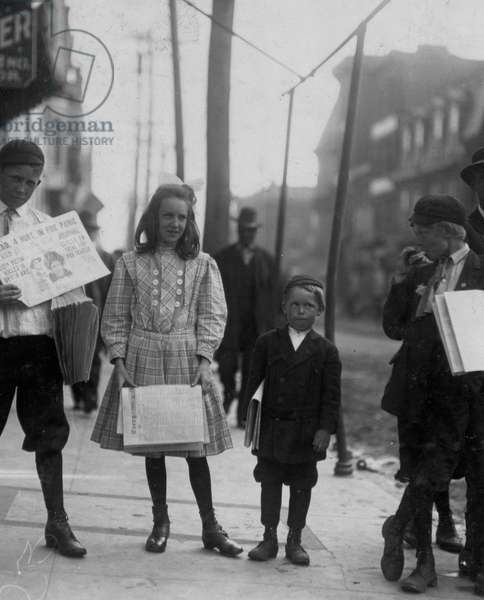 Girl and boys selling papers 1910 (photo)