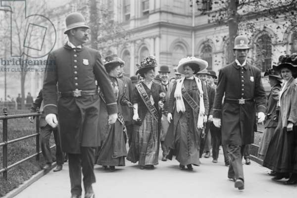 Suffragettes, preceded by policemen, leaving City Hall, New York 1914 (photo)