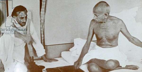 Mohandas Karamchand Gandhi with Jivatram Bhagwandas Kripalani 1947