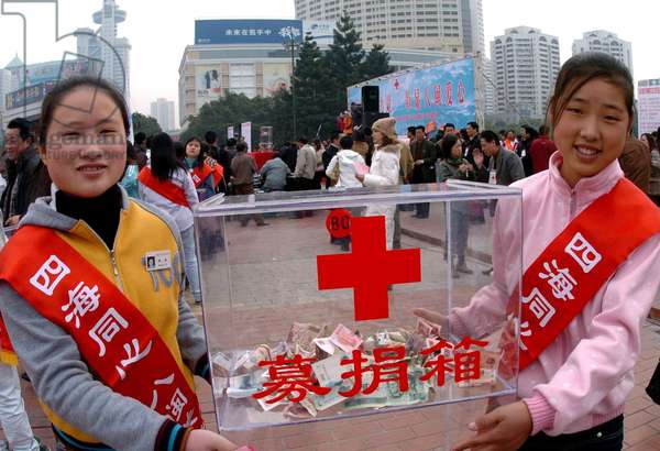 Two students call for local people to donate money for the victims of the tsunami-hit areas in Fuzhou, capital of southeast China's Fujian Province, Jan 4, 2005